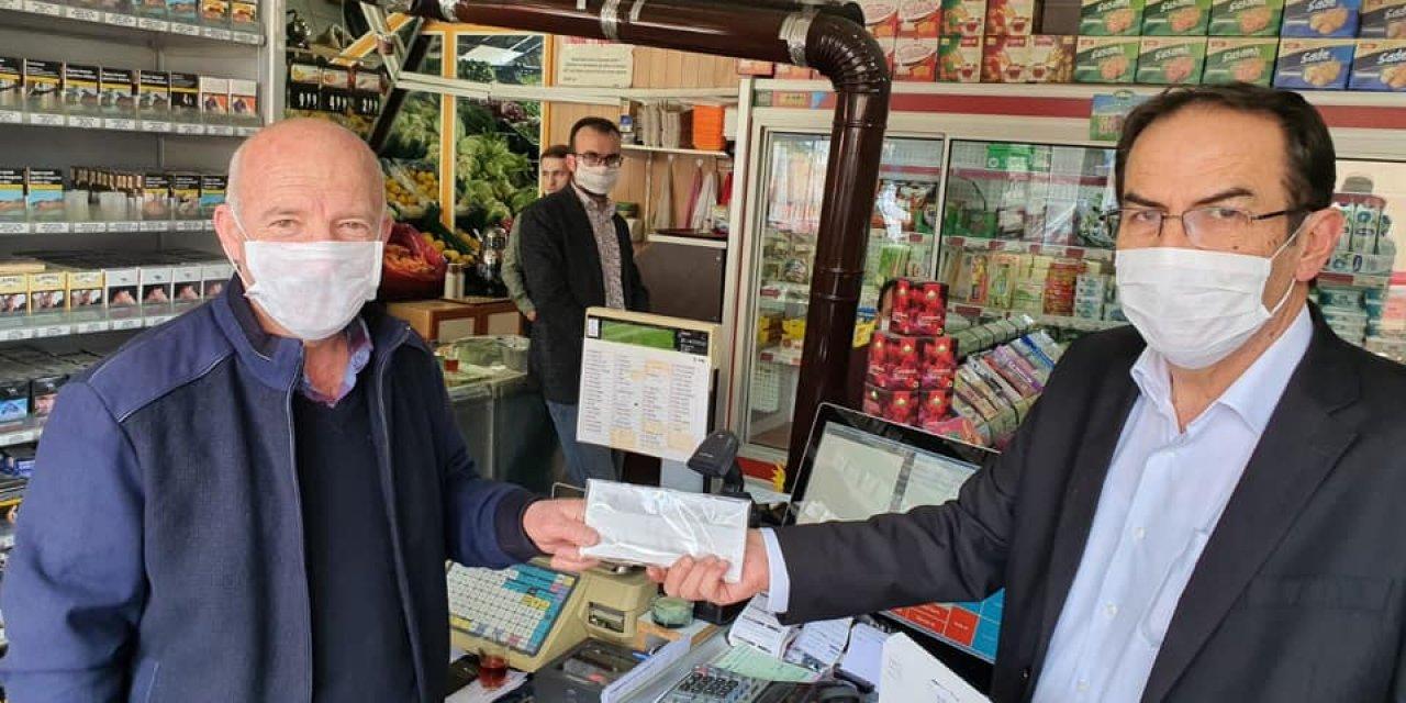 Hadimioğlu, ilçe esnafına maske dağıttı