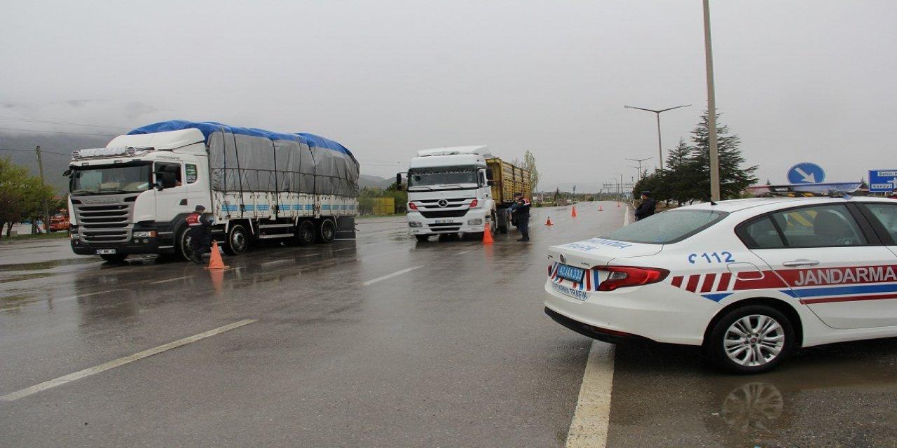 Konya-Antalya karayolu kamyonlar ve jandarmaya kaldı