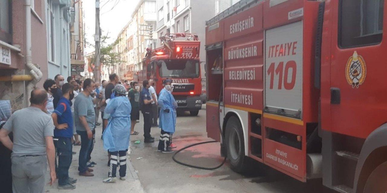 Yangın çıktı çevre halkı binanın yıkılmasını istedi