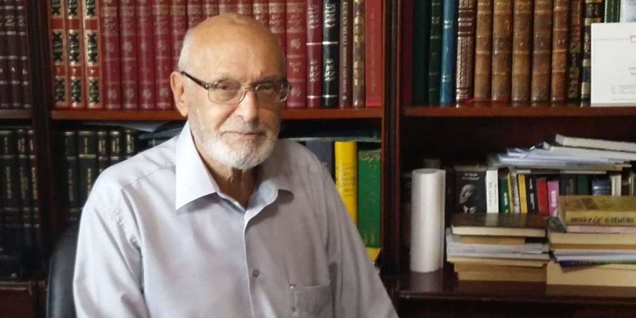 Καθηγητής  Δρ.  Ο Ali Özek περπάτησε στο Hakk