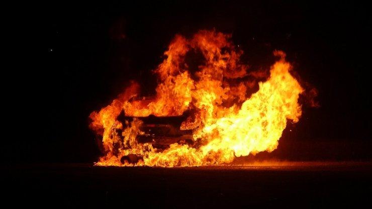 Polisten kaçarken kaldırıma çarpan otomobil alev alev yandı: 1 yaralı