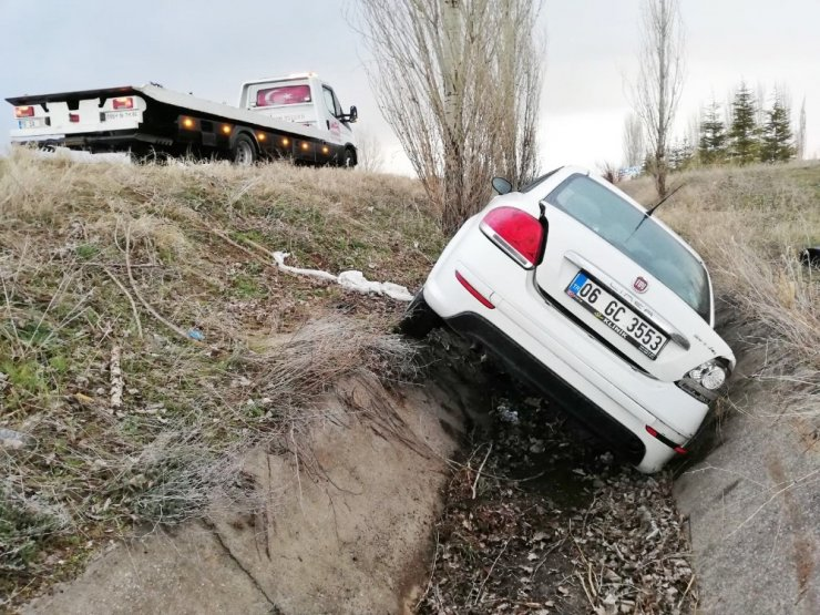 Ağaca çarpan otomobil su kanalına uçtu: 1'i ağır, 2 yaralı