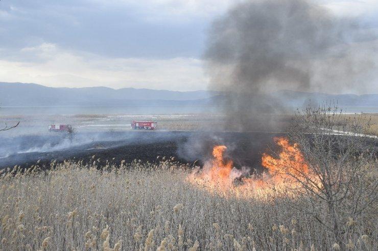 Burdur Gölü'nde sazlık yangını
