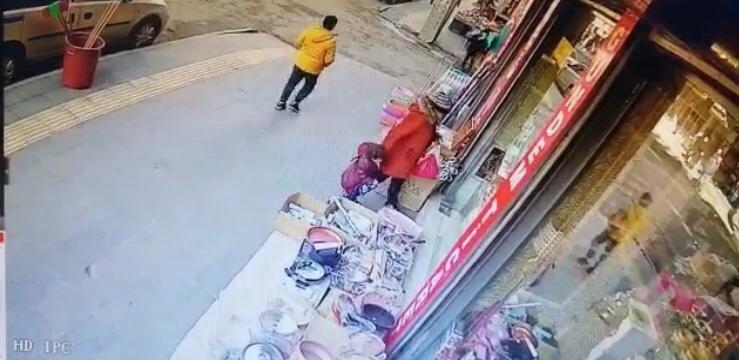 Tencereyi gözüne kestirdi, çocuğa çaldırttı