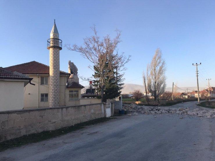 Fırtına minareleri devirdi, çatıları uçurdu