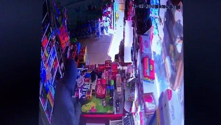 Uyuşturucu etkisinde olan şahsın bıçakla market soyduğu anlar kamerada