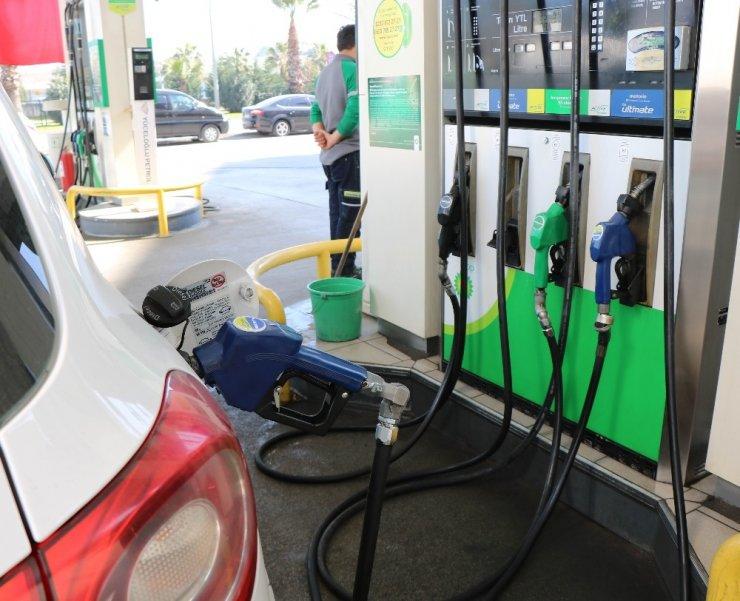 Akaryakıtçılar benzin ve motorinde 1 TL'lik indirim bekliyor