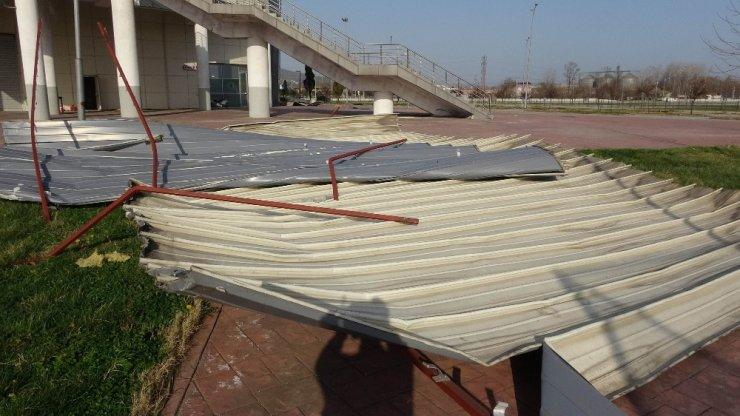 Samsun'da şiddetli rüzgar kapalı spor salonunun çatısını uçurdu