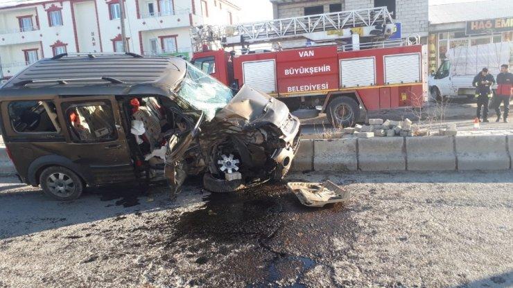 Çaldıran'da kamyonetler çarpıştı: 1 ölü, 4 yaralı
