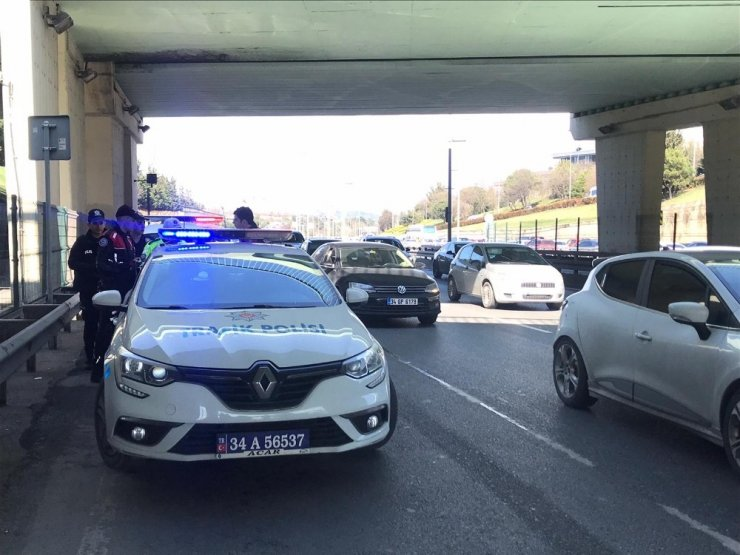 Üst geçitten damlayan su motosikletli polislere kaza yaptırdı: 2 polis yaralı