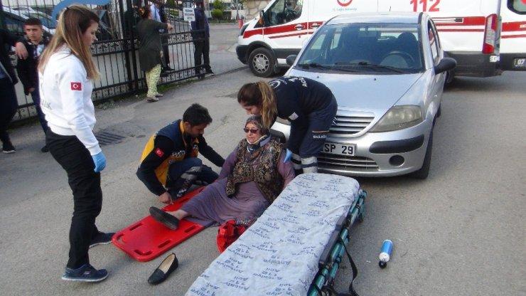 Yolun karşısına geçmeye çalışan kadına otomobil çarptı