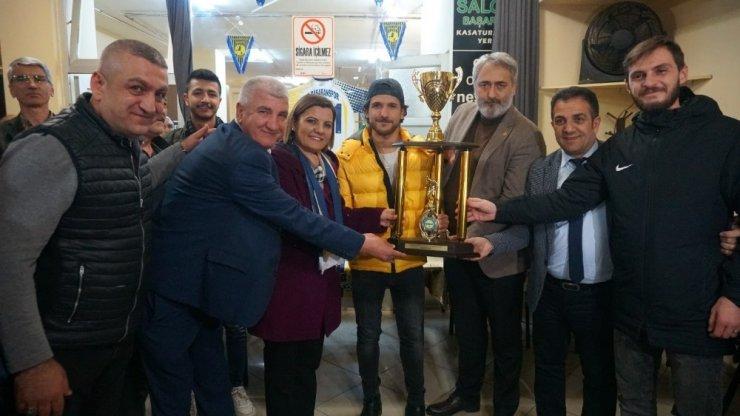 Başaranspor şampiyonluğu Başkan Hürriyet'le kutladı