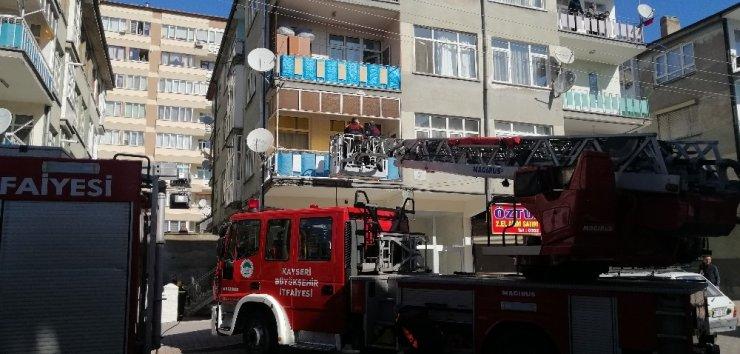 Binada bulunan kanepeyi yaktılar, 4 katlı binayı birbirine kattılar