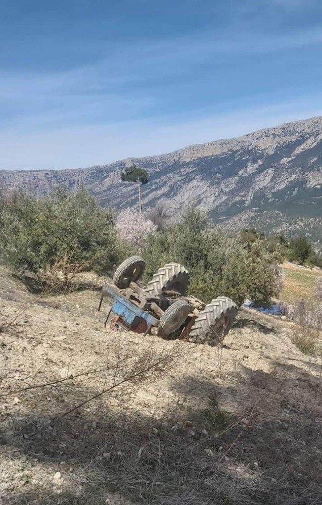 Devrilen traktörün altında sürücü hayatını kaybetti