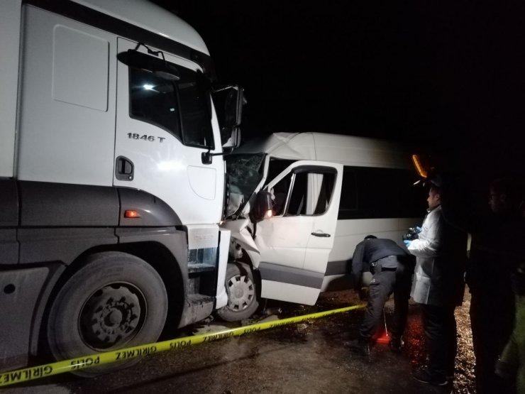 Zonguldak'ta tır ile servis aracının çarpışması sonucu 1 kişi öldü