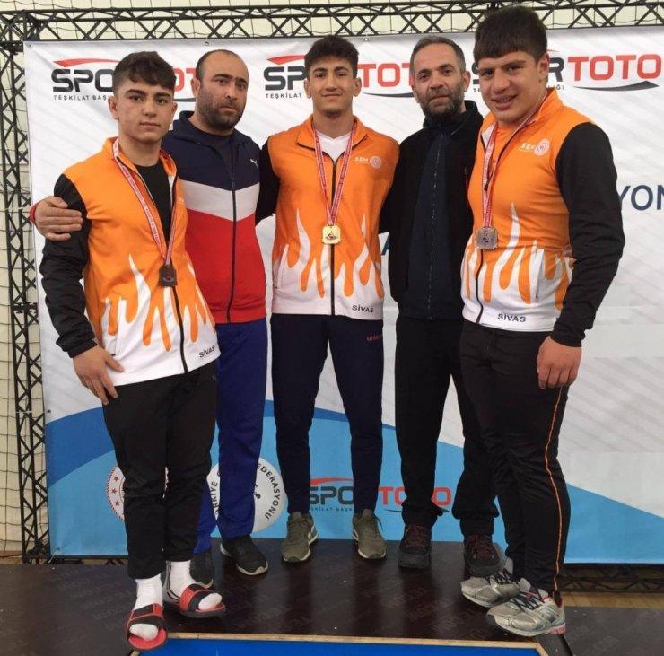 Sivaslı güreşçiler 3 madalya kazandı