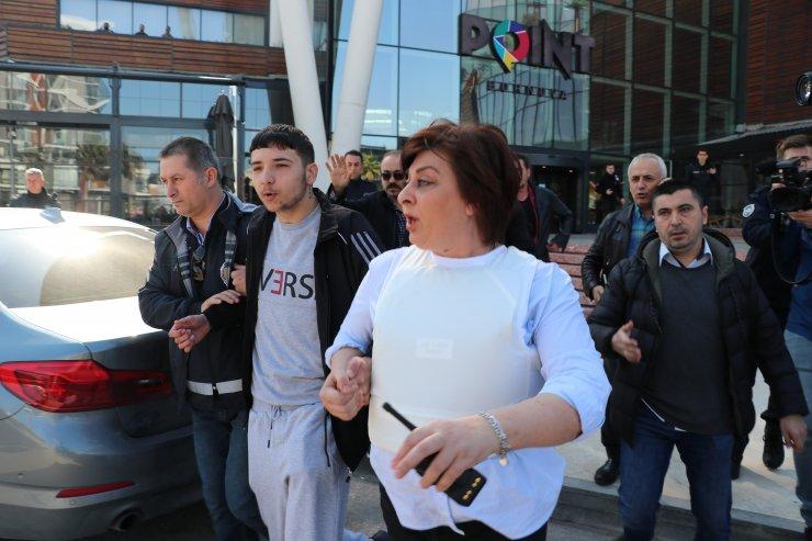 İzmir'de pompalı tüfekle bir alışveriş merkezine giren zanlı gözaltına alındı