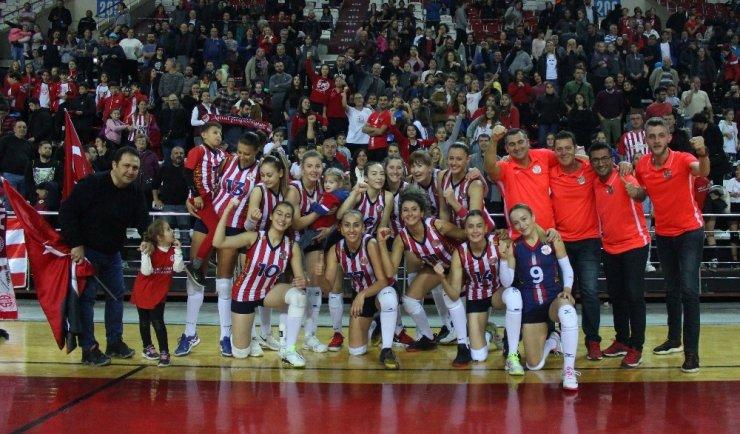 Kadın voleybol takımı Play-Off'u son maçta kaçırdı