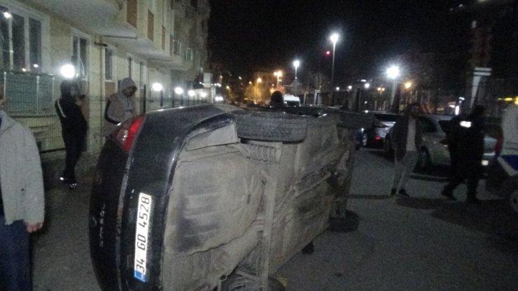 Çarpışma sonrası kaldırıma vuran aracın yan yattığı kaza kamerada