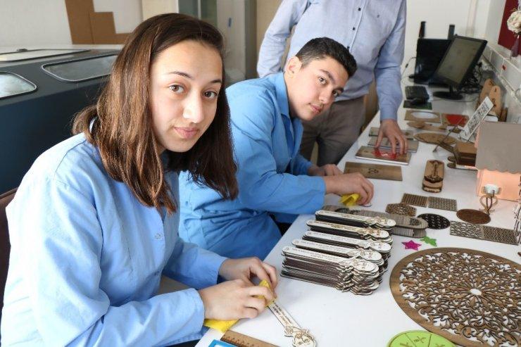 Lise öğrencileri eğitim materyallerinin seri üretimine başladı
