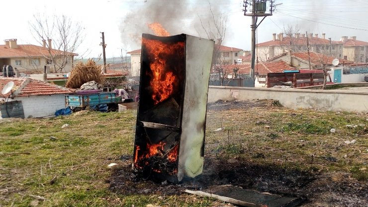 Buzdolabı alev alev yandı