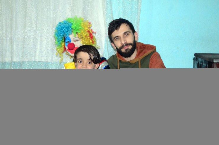 Bitlis'te öğretmen çift doğum günü sürpriziyle engelli çocukların yüzünü güldürüyor