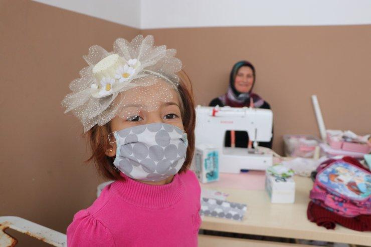 Karaman'da kursiyerlerin atık kumaştan yaptığı maskeler öğrencilere dağıtıldı