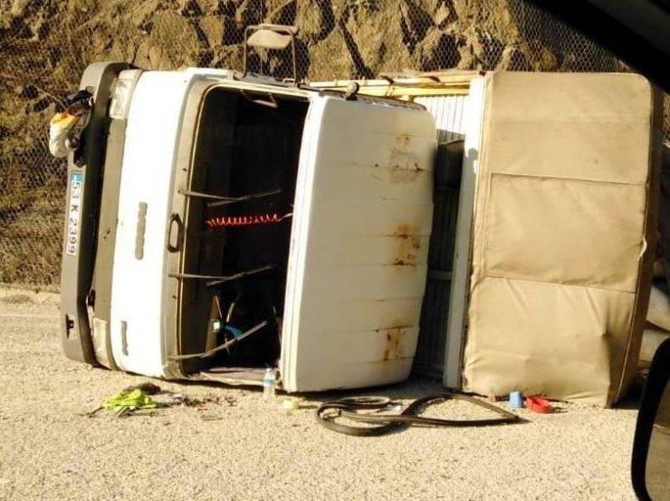 Tekstil malzemesi yüklü kamyon devrildi