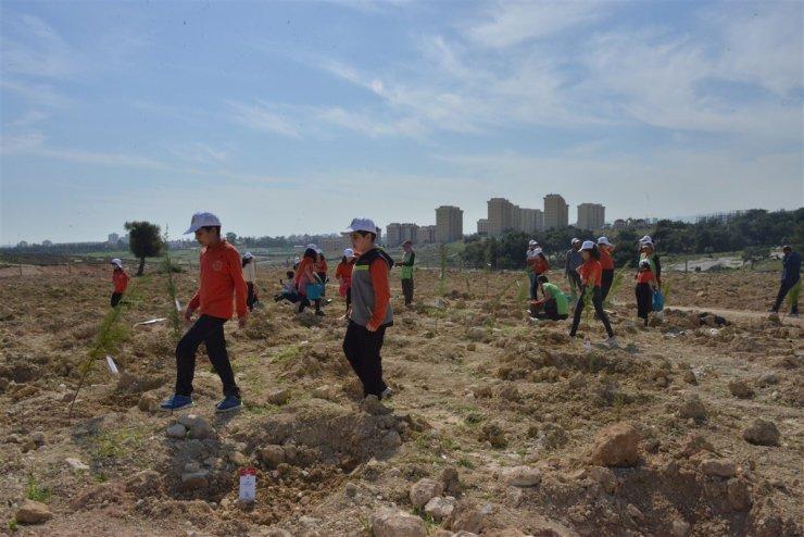 Mersin'de öğrenciler İdlib şehitleri anısına fidan dikti