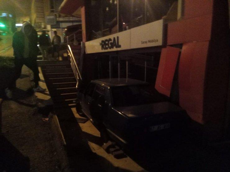 Alkollü sürücü mobilya yoldan çıkıp mobilya mağazasının önüne düştü