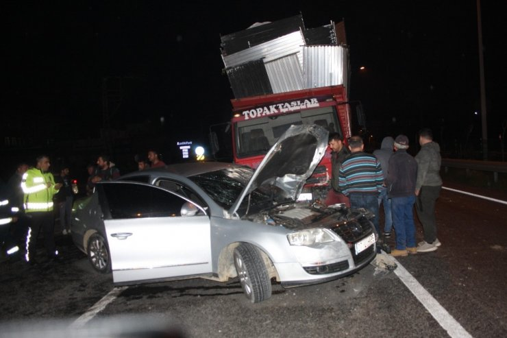 Karayoluna ters yönden çıkarak kamyon ile çarpıştı