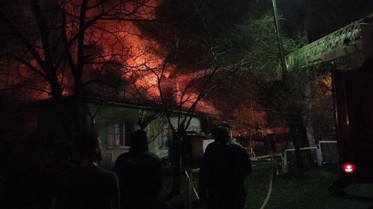 Karabük'te işçi evleri alevlere teslim oldu