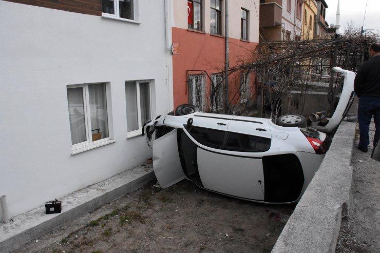 Kayseri'de çarpışan iki otomobilden biri evin bahçesine devrildi: 2 yaralı