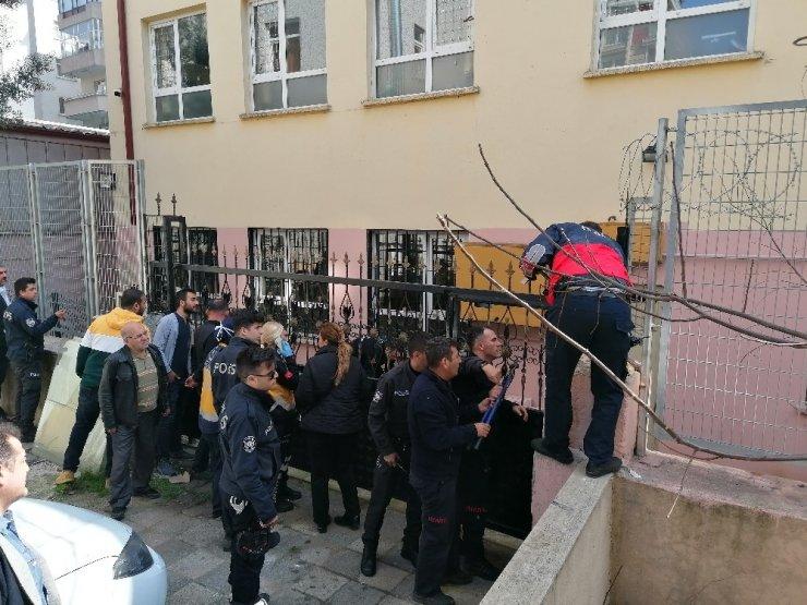 Okul kapısının üzerine tırmanan öğrenci yere düşerek yaralandı