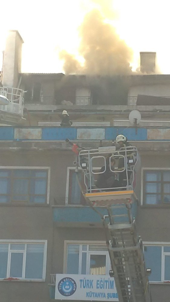 Kütahya'daki çatı yangınında mahsur kalan 4 kişi kurtarıldı