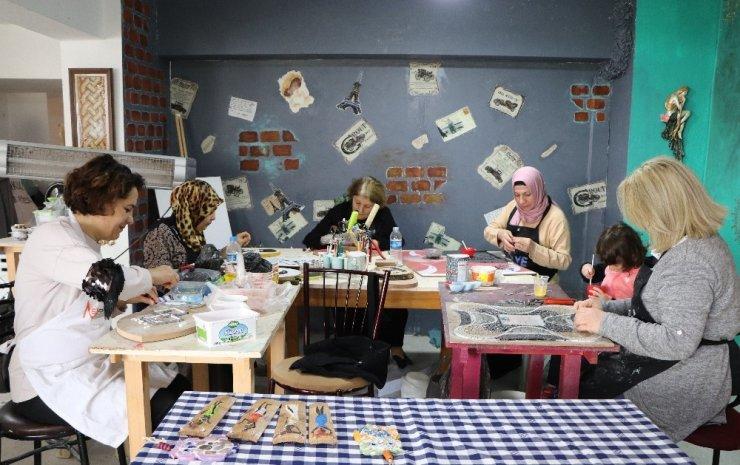 Ekmeğini taştan çıkaran kadınlar