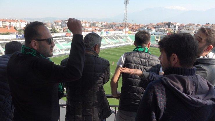 Çatılara, balkonlara çıkıp takımlarını desteklediler