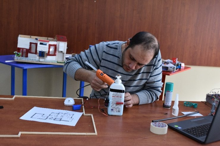 Okullar için ucuz maliyete otomatik dezenfekte el pompası ürettiler