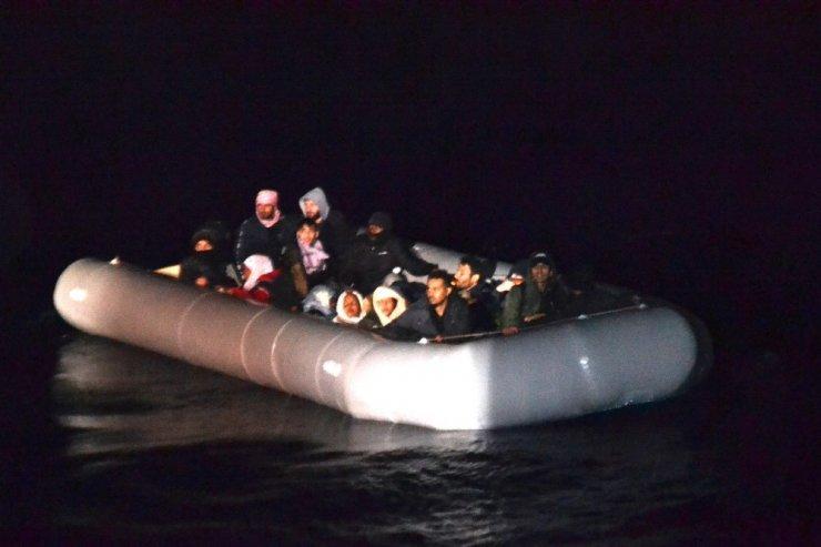 Lastik botta sürüklenen 24 sığınmacı kurtarıldı