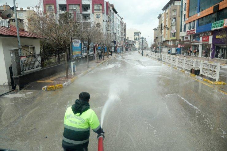 Van'da caddeler köpüklü su ve dezenfektanla yıkandı