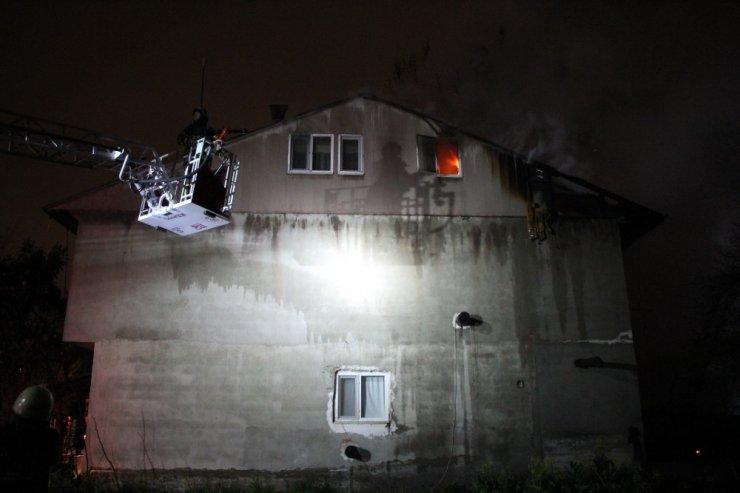 Samanlıktan çıkan yangın 2 katlı evi küle çeviriyordu