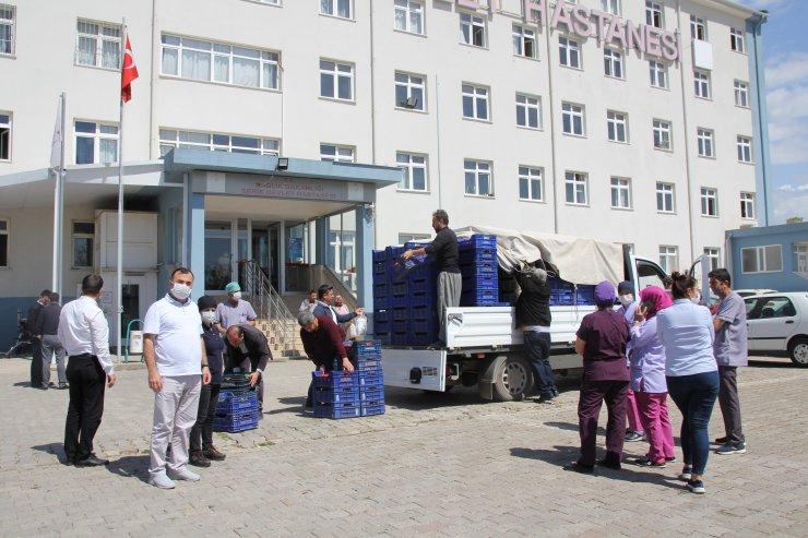 Antalya'da sağlık çalışanları ile 65 yaş üstündeki vatandaşlara domates ve salatalık ikramı
