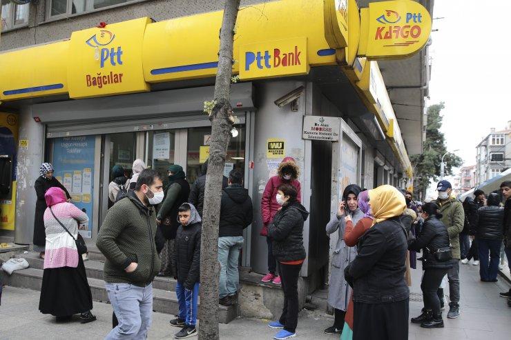 İhtiyaç sahiplerine nakdi destek ödemesi nedeniyle PTT şubelerinde yoğunluk oluştu