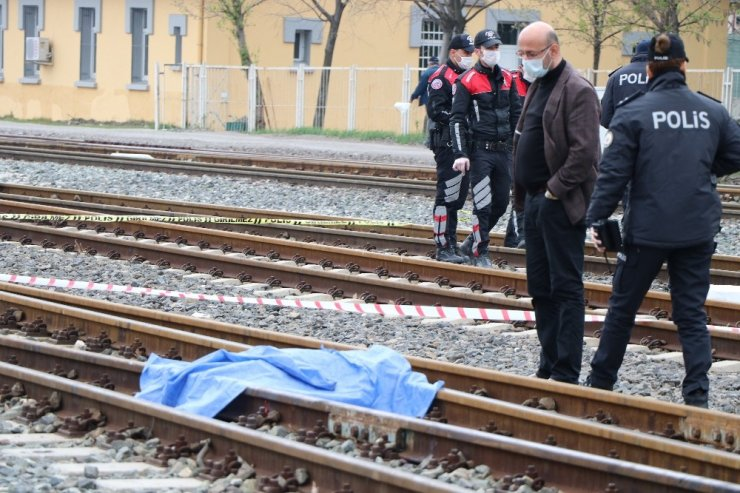 Karşıya geçmeye çalışan kadın manevra yapan lokomotifin altında kaldı: 1 ölü