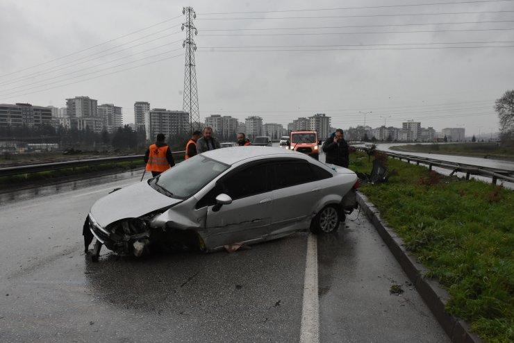 Samsun'da refüje çarpan otomobilin sürücüsü yaralandı