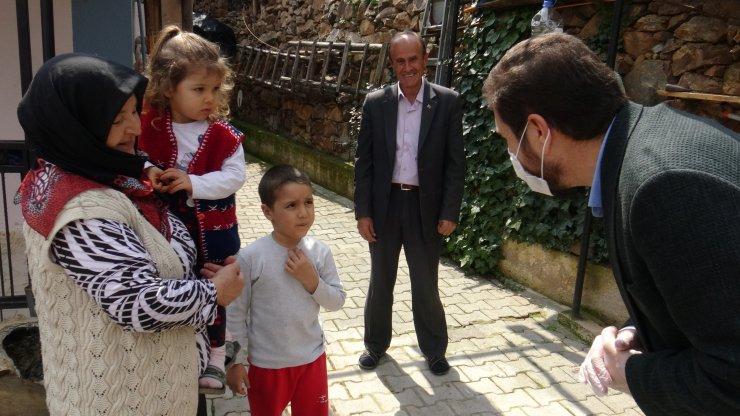 Babasından oyuncak isteyen çocukların imdadına belediye başkanı yetişti