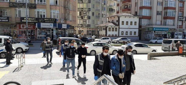 Maskelerle girdikleri evden 4 bin lira çaldılar