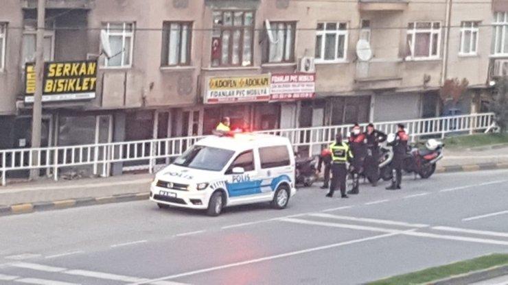 Polisi görünce motosikleti bırakıp kaçtılar