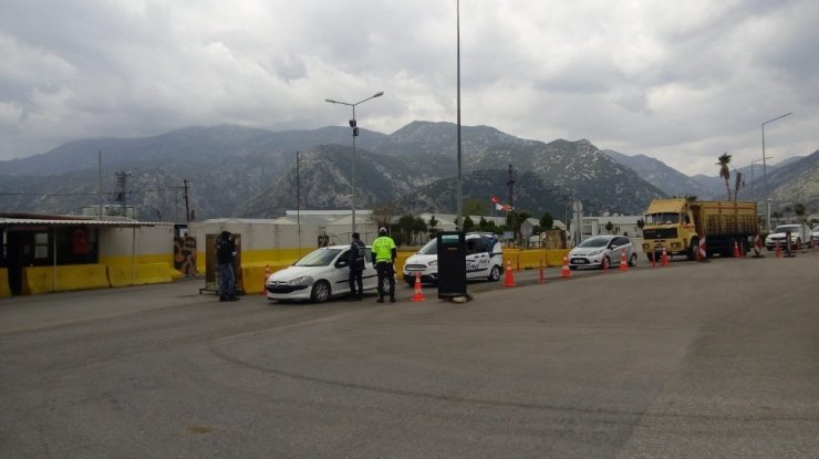 Antalya'da karantinayı delen 83 kişiye 261 bin TL ceza