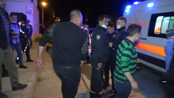 Arkadaşların silahlı kavgasına 30 kişi karıştı! 2 yaralı, 2 gözaltı